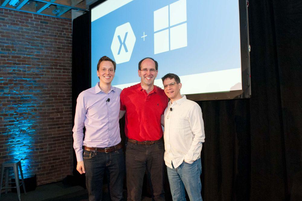 Scott Guthrie (i midten), visepresident for Microsoft Cloud and Enterprise Group, flankert av Xamarin-gründerne. Til venstre står CEO Nat Friedman, til høyre CTO Miguel de Icaza.