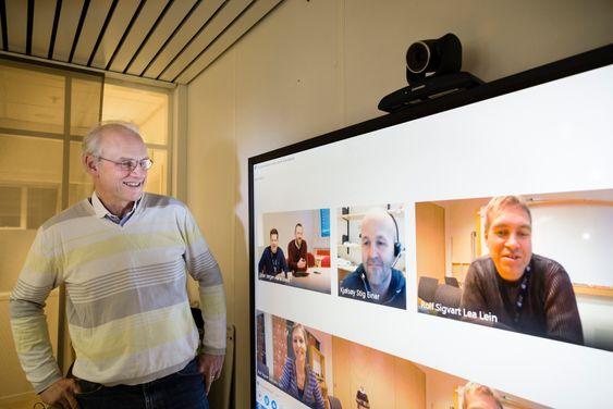 Under omleggingen har Skype i stor grad blitt brukt som kommunikasjonsverktøy mellom de tre byene. Her står prosjektleder Arne Fjerdrumsmoen i Trondheim og snakker med f.v. på skjermen Stian Husemoen og Einar Jørgen Haraldseid fra Gjøvik, Stig Einar Kjølsøy fra Ålesund og Rolf Sigvart Lea Lein, tidligere HiST. Nederst til venstre på skjermen ser vi kommunikasjonsrådgiver Jakobe Juul fra tidligere HiST.