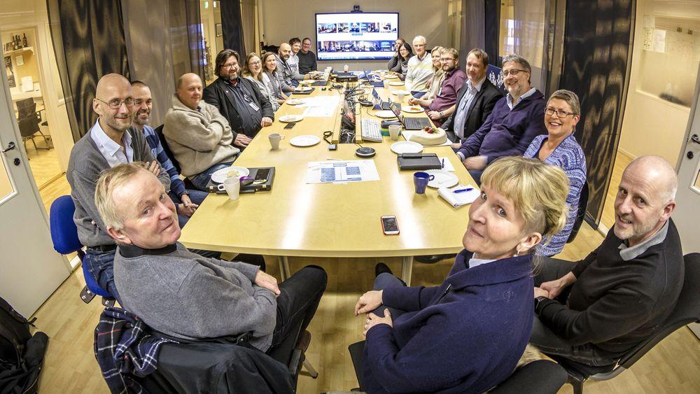 Den vellykkede innføringen av datasystemer i oppstarten av nye NTNU ble feiret med kake. I forgrunnen ser vi f.v. Jens Petter Nygård, som har ledet arbeidet med å oppnå sikker drift i nye NTNU,  Trond Singsaas, som har ledet fusjonsprosjektet, organisasjonsdirektør Ida Munkeby og IT-sjef Håkon Alstad, som er intervjuet i denne saken.