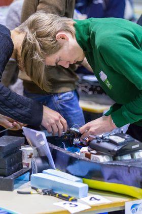 Noe justeringer og skruing må til før modellen settes på vannet for nye tester.