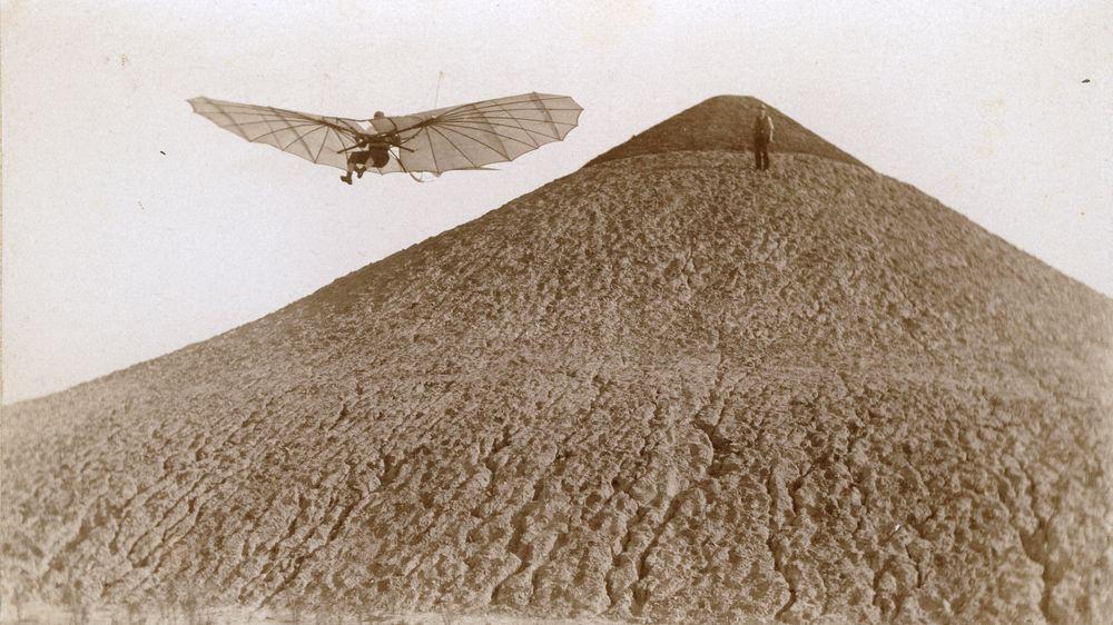 Otto Lilienthal flyr fra Fliegeberg sør i Berlin i 1894. Bildet av flypioneren er tatt av en fotopioner, Ottomar Anschütz.