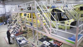 Her er Norges tredje AW101 redningshelikopter på produksjonslinja i Yeovil.