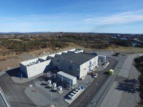 Landanlegget på Kollsnes sørger for at den uønskede strømmen som produseres i vekselstrømkabelen ut til Martin Linge-feltet ikke flyter tilbake i strømnettet. Foto: Total/Woldcam.