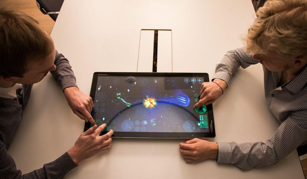 Spillene som følger med, og som kan åpnes via «Aura»-appen, er enten klumsete å styre, barnslige eller kjedelige. App Store og Google Plays utvalg på nettbrett slår «knockout» på Lenovos spillutvalg og egner seg for eksempel langt bedre tilå underholde poden.