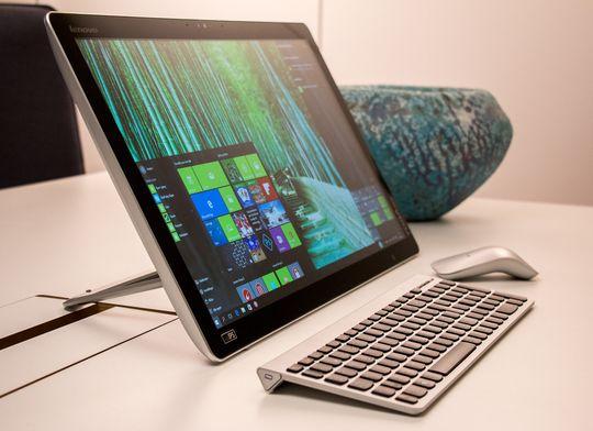 Avbildet med tastatur og mus er det lettere å se at Yoga Home 500 faktisk ikke er et nettbrett, men en «brettdatamaskin» (?).