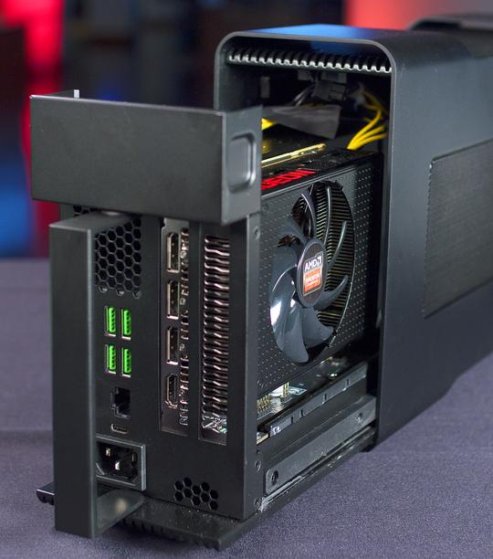 Razers «Core» XConnect-grafikkboks. Her med et AMD Radeon R9 Nano på innsiden. Det eksterne kabinettet har en integrert strømforsyning på inntil 375 watt og fungerer som en USB- og nettverkshub i tillegg.