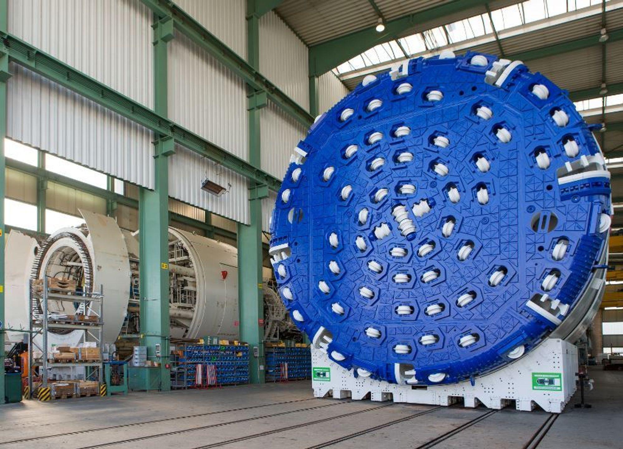 Den første av totalt fire TBMer står ferdig på fabrikken i Frankfurt. I juni ankommer maskinen Åsland og settes sammen i løpet av tre måneder