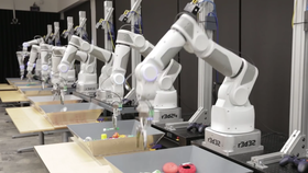 Google utvikler imidlertid også egen robotteknologi, som disse armene som lærer å gripe objekter.