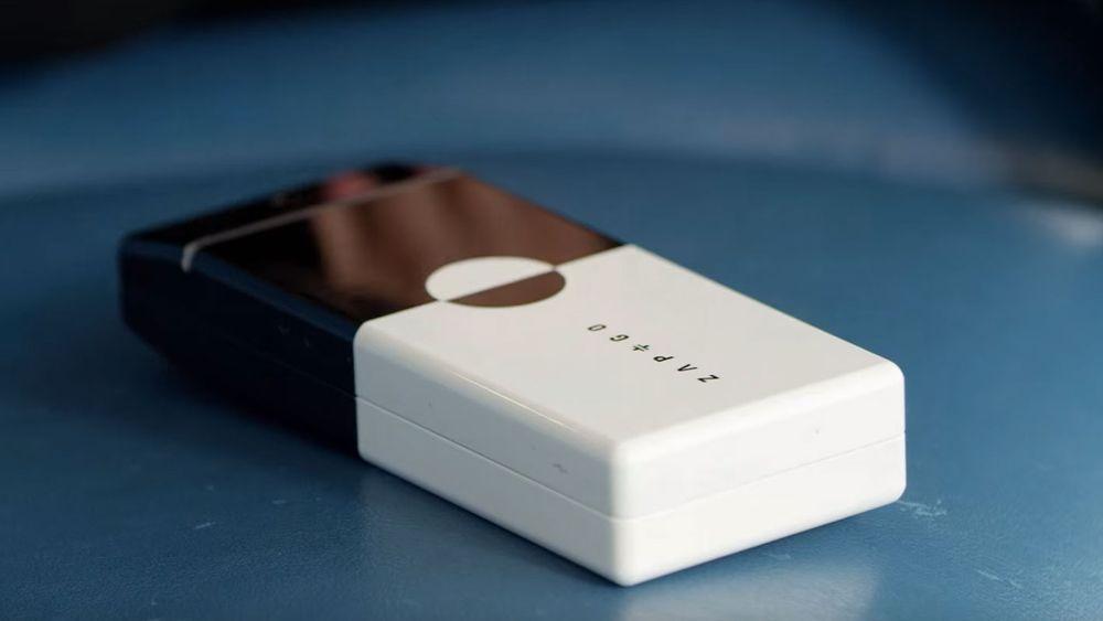 Denne «batteribanken» er laget av superkondensatorer av grafén, og kommer på markedet i sommer.