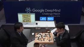 Her spiller Lee Sedol (t.h.) mot AlphaGo. Sistnevnte gikk seirende ut av kampen. Få trodde dette skulle være mulig før om en ti års tid.