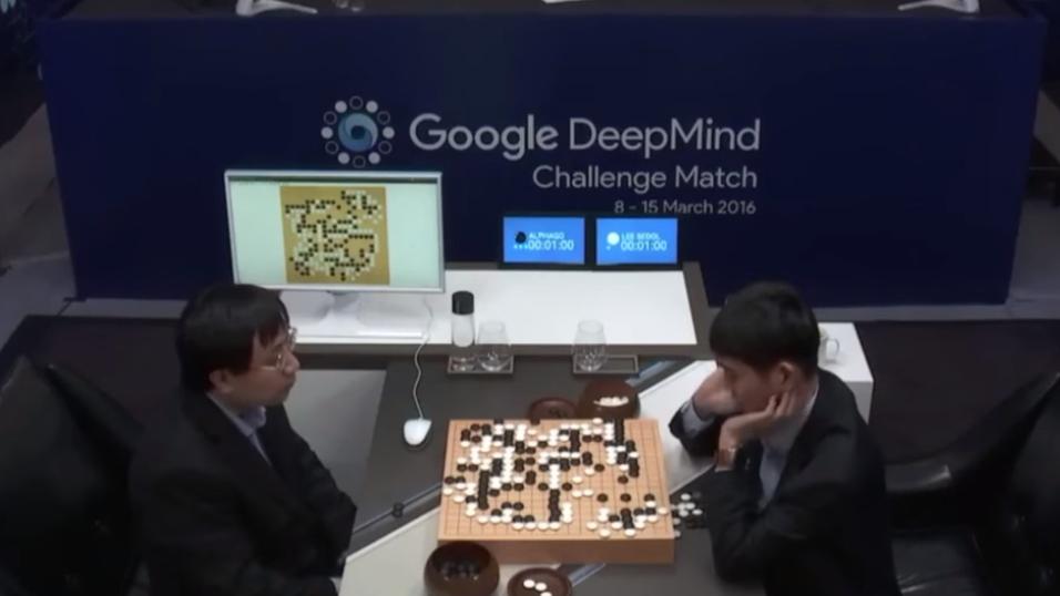 Her spiller Lee Sedol (t.h.) mot Googles DeepMind-system. Sistnevnte gikk seirende ut av kampen.