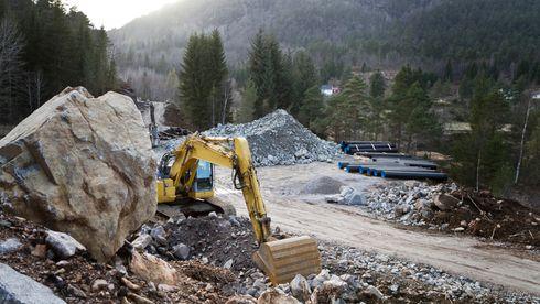 Byggebransjen mener anleggskontraktene er for store for norske selskaper. Solvik-Olsen: – Helt feil