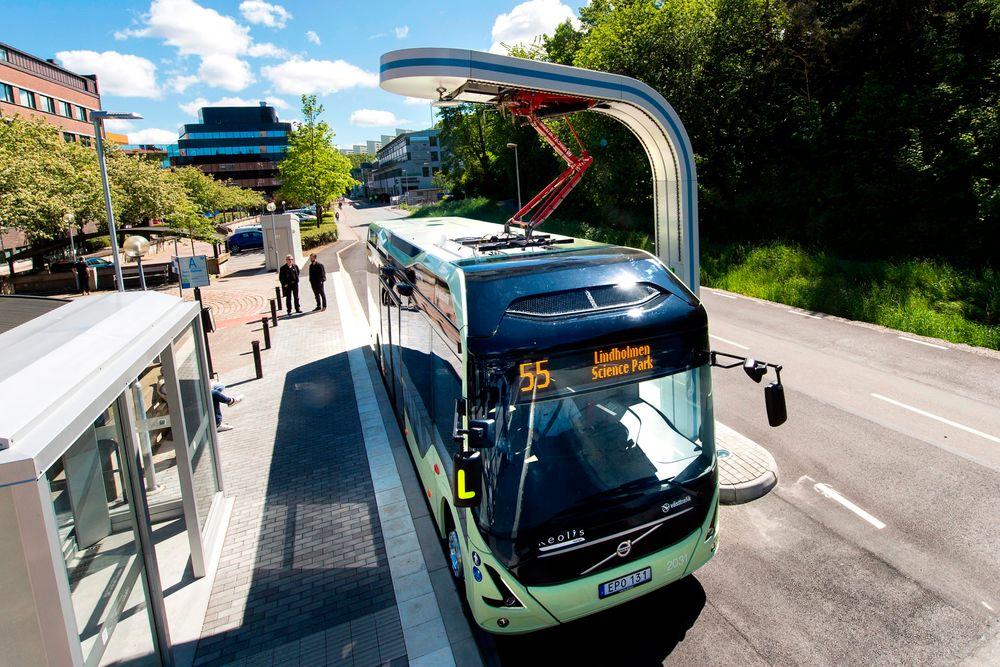 Pantograflading: Når en buss skal lades kjører den under ladestasjonen og så senkes en pantograf ned over elektrodene på taket. De er plassert slik at det holder å posisjonere bussen med en halv meters nøyaktighet i lengde- og sideretning.