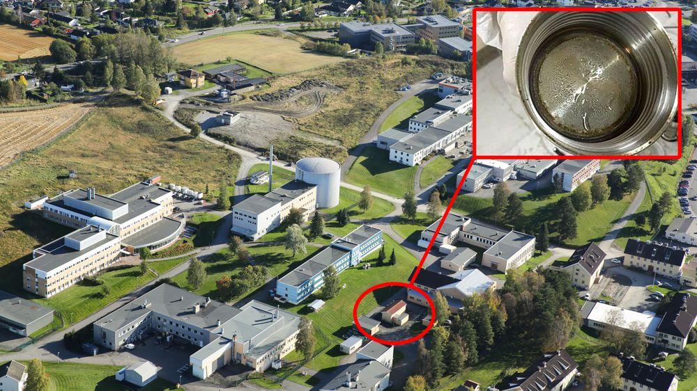Ife sliter med fukt i lageret for brukt atomavfall på Kjeller. Lageret er i bakken under det lille bygget med rødt tak.