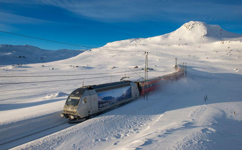 Morgenekspressen mellom Bergen og Oslo passerer Finse. .