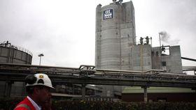 Yaras store logo på det 109 meter høye tårnet på fabrikk 4.