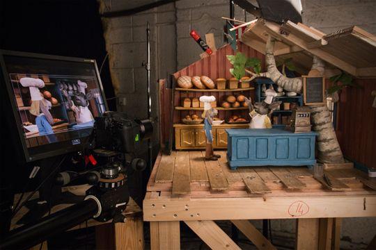 STOP MOTION: Qvisten Animationbruker vanlige speilreflekskameraer til å knipse ett og ett bilde som skal utgjøre filmen. Her fra settet til bakeriet, der landets mest kjente bakefadese snart skal avsløres.