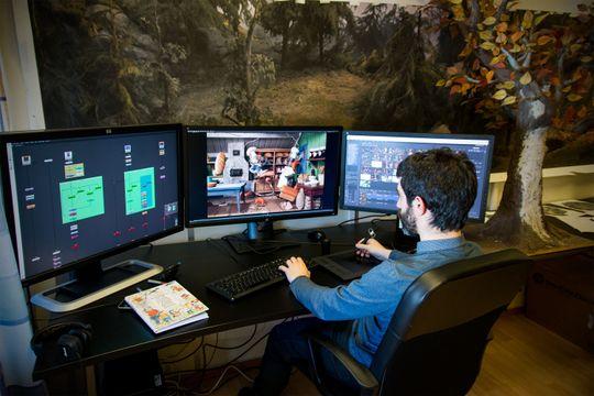 AVANSERT: Når Álvaro bearbeider hvert enkelt bilde trenger han mye datakraft. Skjermen til venstre viser lagene i animasjonen, skjermeni midten er arbeidsflaten mens skjermen til høyre viser kildemateriellet.