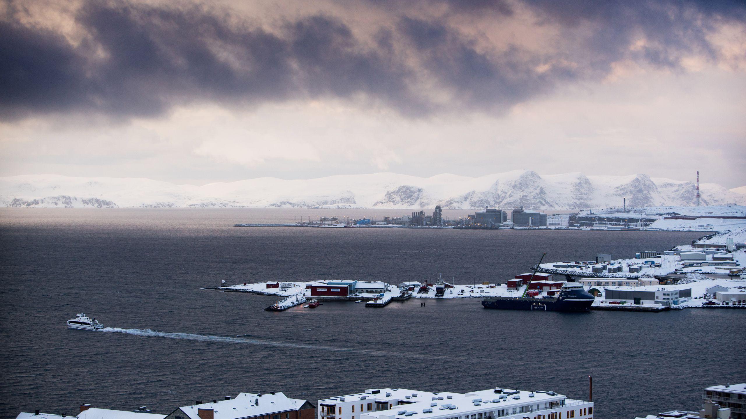 MELKØYA: Da gassfeltet Snøhvit ble en realitet, skulle det endre Hammerfest. Anlegget på Melkøya, bakerst på bildet, genererer alene nesten 200 millioner kroner i eiendomsskatt til kommunen.