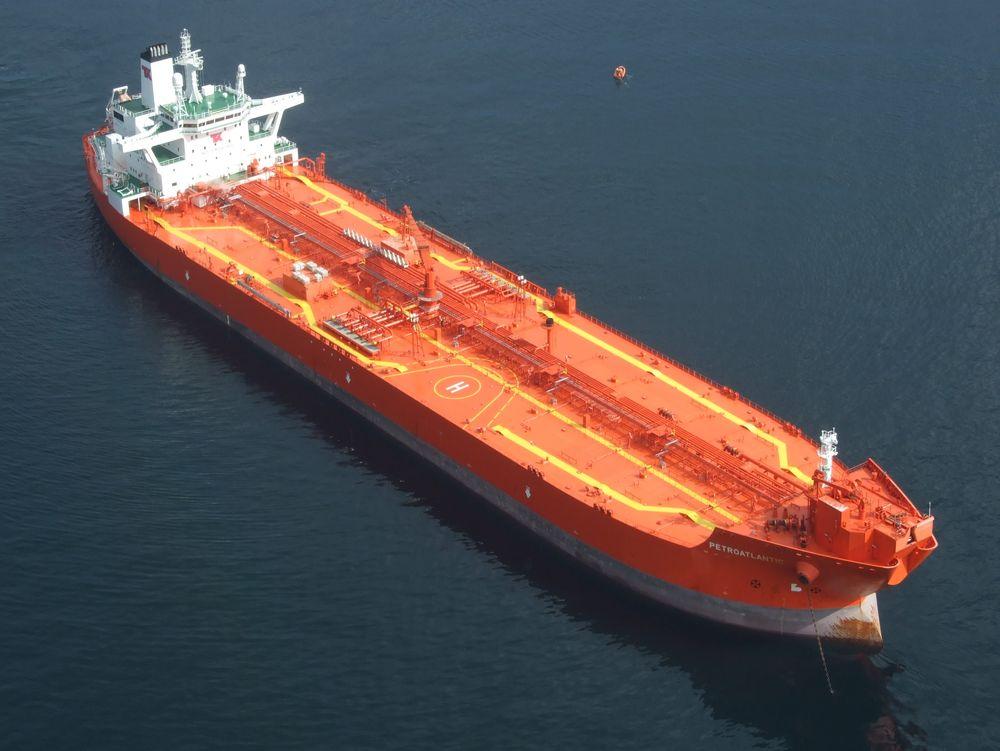 Teekays shuttletanker Petroatlantic ligger for anker.