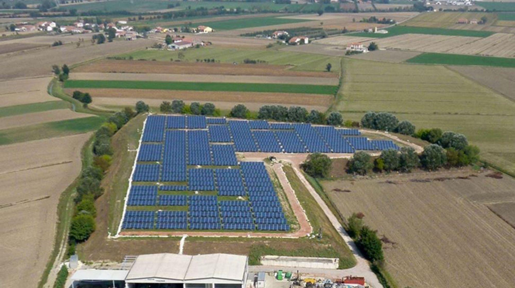 Fra fem til femti: I dag eier Aega ASA fem solparker i Italia. Nå vil selskapet tidoble antallet og jakter på gode kjøp blant nær 9000 små solparker uner 5 MW. Her er en av Aega-parkene, Magnacavallo i Nord-Italia.