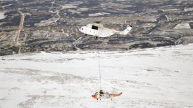 Mi-26 i aksjon rett før jul i 2012 da det løftet ned et av 330-skvadronens Sea King-helikoptre fra toppen av Divgagáisá i Porsanger.