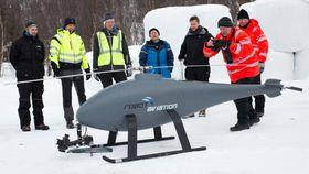 Deltakerne flokker seg rundt Robot Aviations RX-100, testens største UAV – og den eneste som bruker drivstoff (JP-8) istedenfor batteri. Å snakke med konkurrentene om tekniske løsninger, og se hva andre gjør, er noe helt nytt for bransjen.