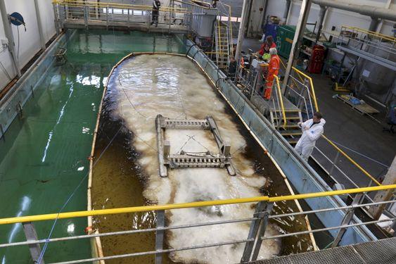 ChemFree slepes over oljeflaket i den 30 meter lange og 7 meter brede bassenget til Kystverket i Horten. .
