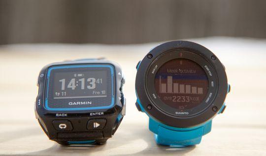 Garmin Forerunner 920XT (til venstre) er etter vår mening et lite hode foran Suunto Ambit 3 Vertical. Som det er mulig å se på bildet er også skjermen noe bedre enn Suuntos i dagslys.