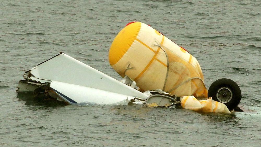 Ett av de fire flyteelementene forble inntakt etter at AS332L2-helikopteret gikk i sjøen og deretter tippet raskt rundt på ryggen.