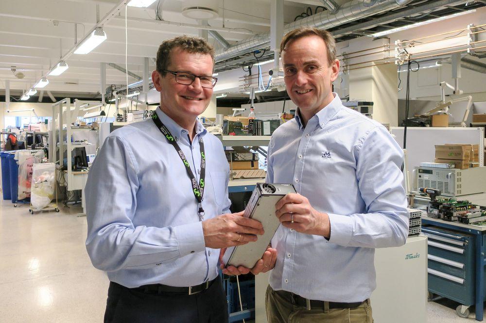 Noe helt nytt:  Eltek i Drammen venter seg mye av den nye kraftkomponenten, Rectiverter  og  markedsdirektør i Eltek, siv. ing. Morten Schøyen (t.v.)  og forsknings direktør OJOle Jakob Sørdalen