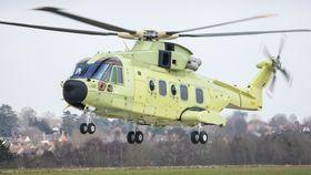 Første flygning med det første norske AW101-redningshelikopteret ved fabrikken i Yeovil 21. mars.