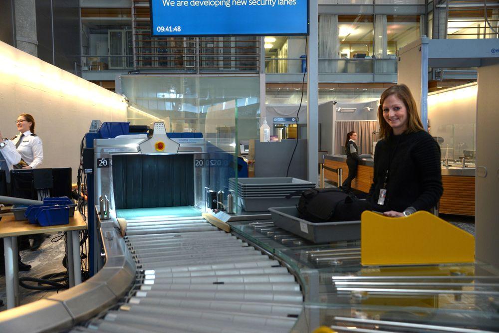 Stine Olsen fra ÅF Advansit er OSLs slusesjef tester Gardermoen nye sluser. Olsen har deltatt i en rekke store IKT-prosjekter, bl.a. innen luftfart og digitale sykehus. Foto: Fredrik Drevon
