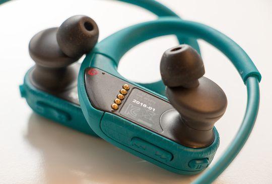 Ladekontakten sitter på baksiden av høyre ørepropp.