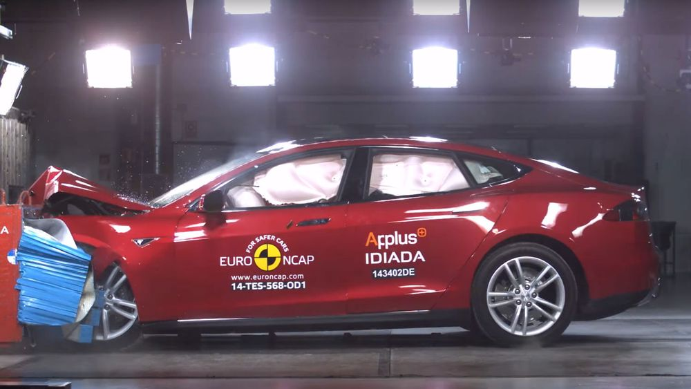 Tesla Model S under kollisjonstest hos Euro NCAP