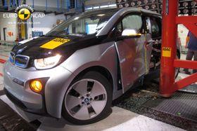 BMW i3 kollisjonstestes mot stolpe.