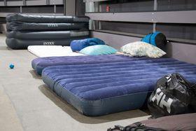 Soveplassene i Vikingskipet er spredd over alt, men i år har Stig Ove Ruud valgt å heller sove i en campingvogn.