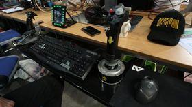Ved å henge ekstra-pulten på den vanlige TG-pulten har Stig Ove både mer plass å boltre seg på, i tillegg til at han slipper de skarpe pultkantene.