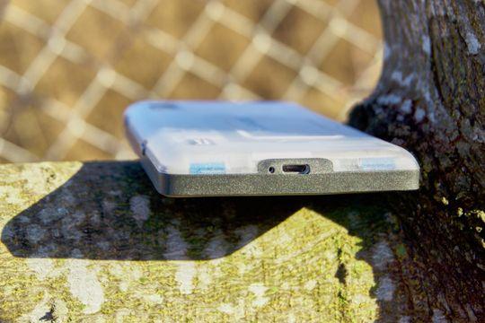 Strømkontakten sitter i bunn, og er en standard Micro-USB.