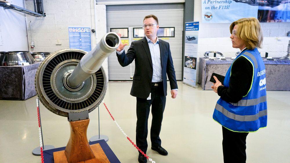 Kvalitet betyr alt når GKN Aerospace skal overbevise kundene. Produksjonsdirektør Odd Terje Lium med konsernsjef Anne Marit Panengstuen i Siemens.