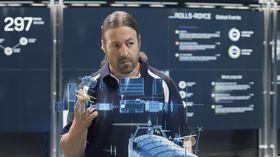 Maskinsjefen i kontrollrommet på land har ansvar for en rekke skip.