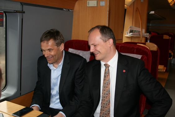 Telia-sjef Abraham Foss og samferdselsminister Ketil Solvik-Olsen sjekker dekningen om bord i toget på vei til Ski stasjon.