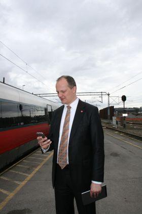 Samferdselsminister Ketil Solvik-Olsen vil at offentlig transport skal oppleves som så attraktivt at folk lar bilen stå av egen vilje.