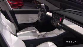 Bilen har en stor skjerm innvendig, som sine eldre modellsøsken. (Foto: Tesla)