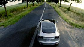 Bilen har glasstak, som gjør frontvindu og bakvindu til ett som samme glasstykke. (Foto: Tesla)