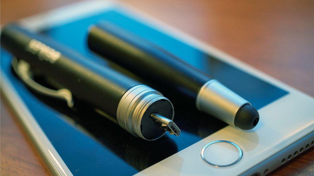 Én del vanlig penn og skjermpenn, én del nødlader.