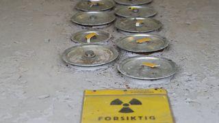 I 1961 ble atombrenselet fra Norges første reaktor lastet ned i en brønn på Kjeller. Nå er det Norges største atomproblem