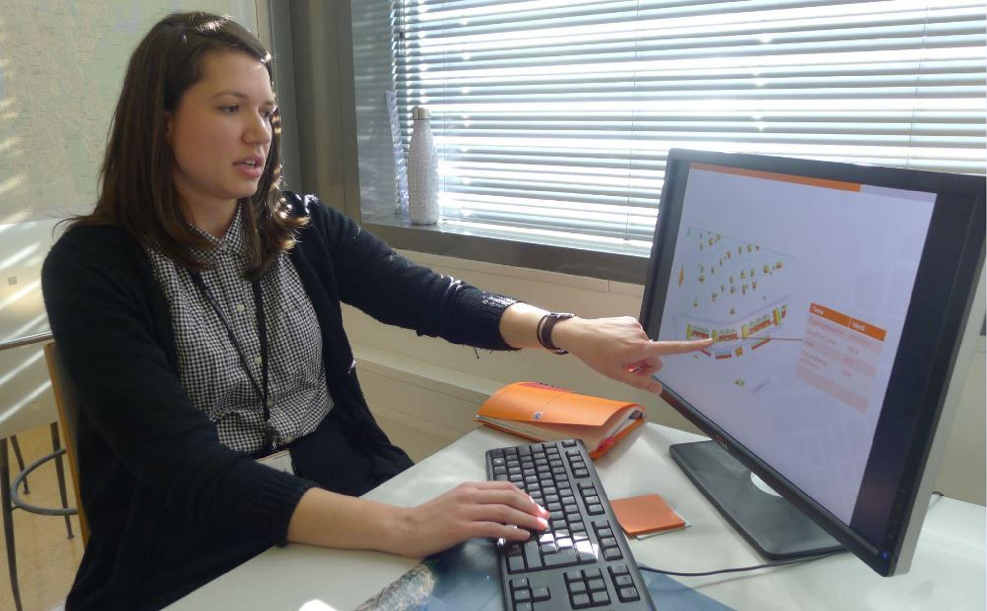 Geodataingeniør Stefanie Adamou i Plan- og bygningsetaten viser hvor stor forskjell i solinnstråling de ulike delene av ett og samme hustak kan ha. Riktig plassering er avgjørende for hvor mye strøm solcellene vil kunne produsere.