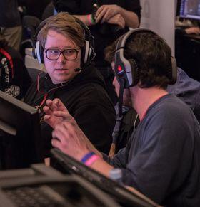 Michael «m1kkis» Sokki (t.v.) i diskusjon med sin kollega Samuel «zyppe» Martinsson i BX3 under Copenhagen Games.