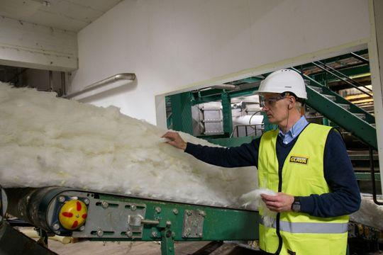 For første gang i produksjonsprosessen er glassullen samlet til en matte. Under vårt besøk skulle det produseres 10 centimeter tykke plater, men til å begynne med er matten langt tykkere.